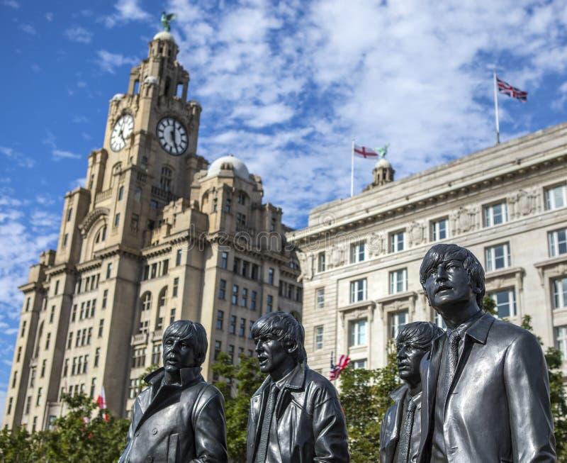 Beatles雕象和皇家肝脏大厦在利物浦 免版税图库摄影