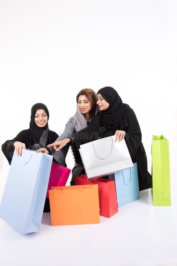 Beatuful阿拉伯女性购物 免版税库存照片