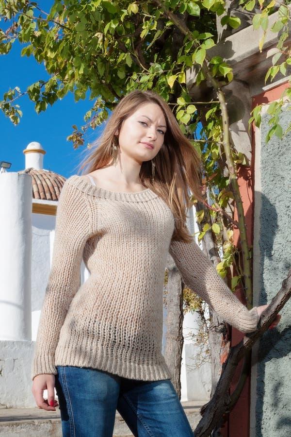 Beau à la fille attirante posant en parc image libre de droits