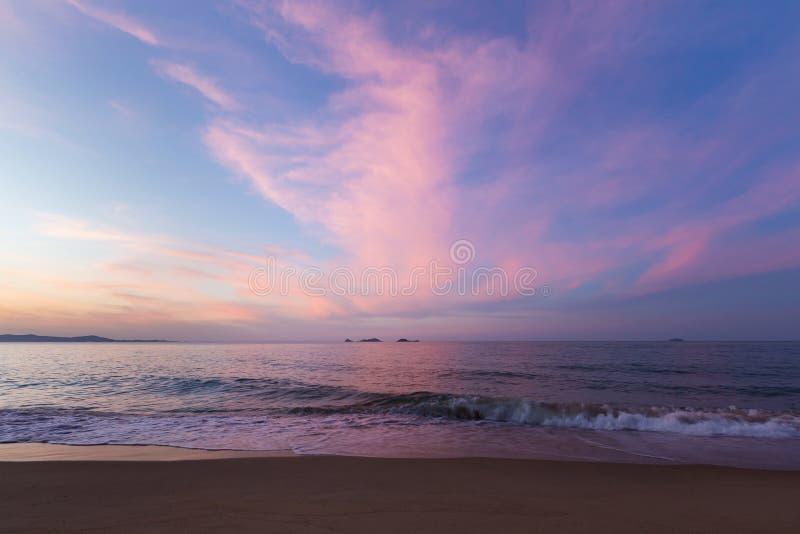 Beau après ciel de coucher du soleil au-dessus de la plage photographie stock libre de droits
