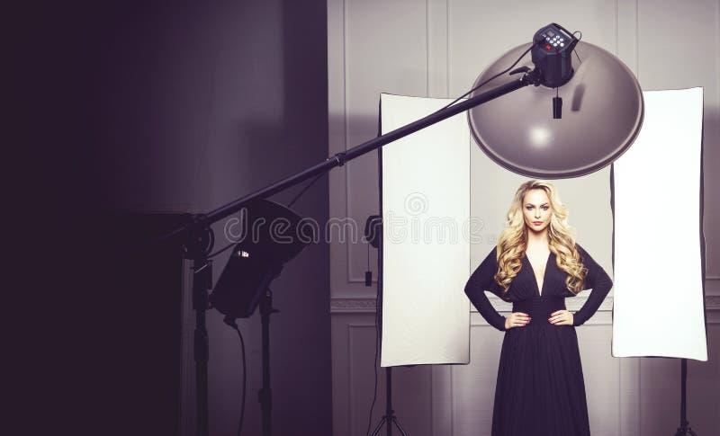 Beau, attrayant modèle posant dans une robe noire photographie stock libre de droits
