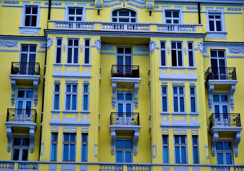 Beau bâtiment jaune avec des fenêtres, des balcons et le stuc à Sofia image libre de droits