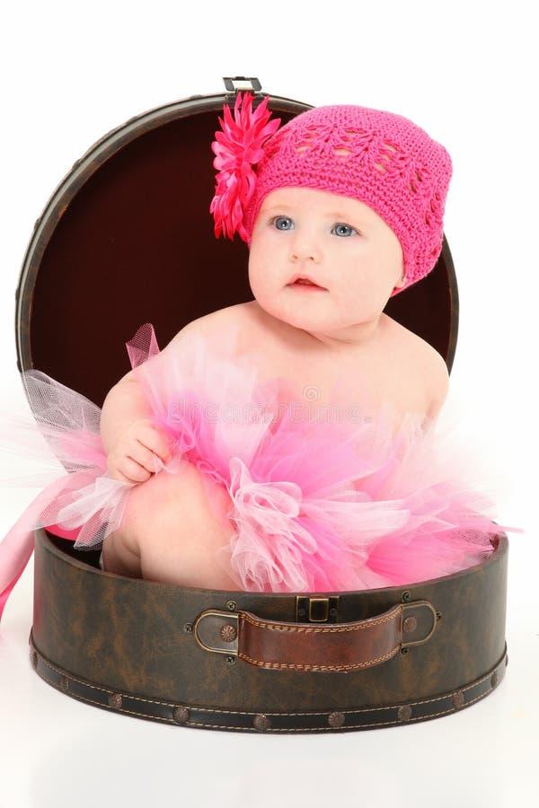 Beau bébé dans le cas de course image stock