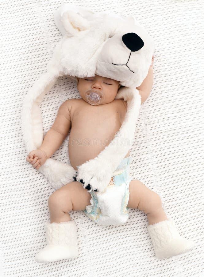 Beau bébé de sommeil avec Big Bear photos stock