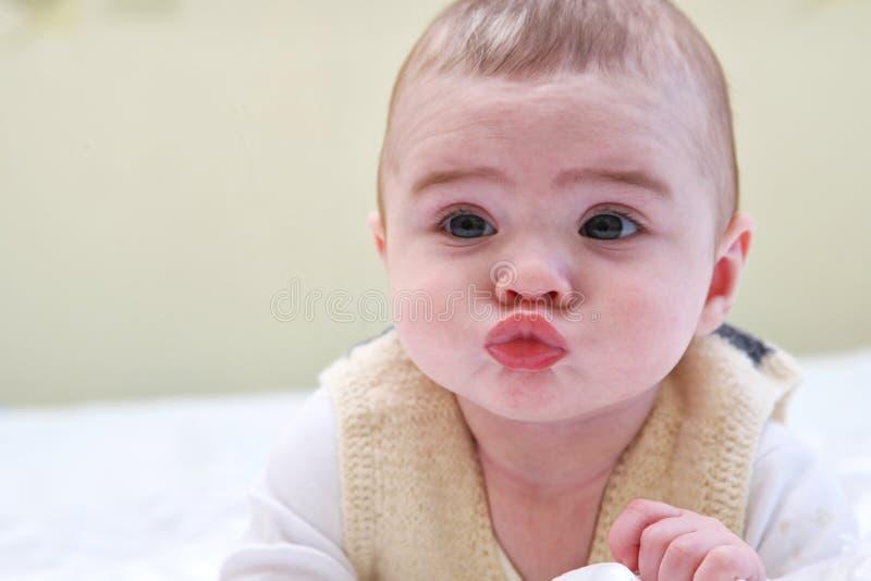 Beau bébé de sourire riant mignon heureux adorable expressif photos libres de droits