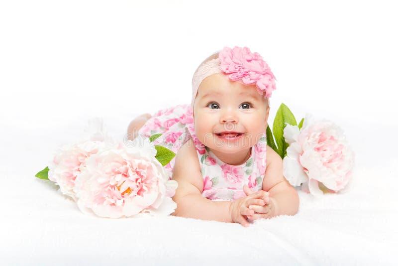 Beau bébé heureux avec la fleur sur la tête image libre de droits