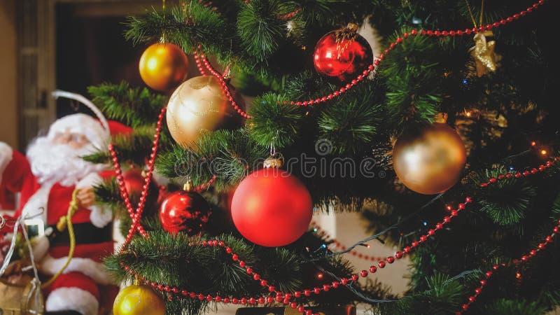 Beau backgorund de vacances d'hiver avec l'arbre et la Santa de Noël ornés sur des traîneaux photos stock