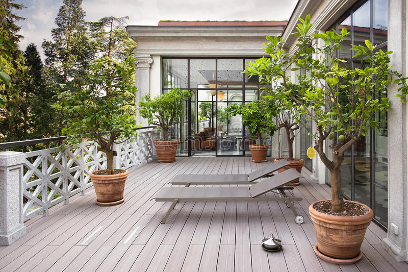 Beau balcon avec des lits pliants et usines avec la belle vue de photo stock