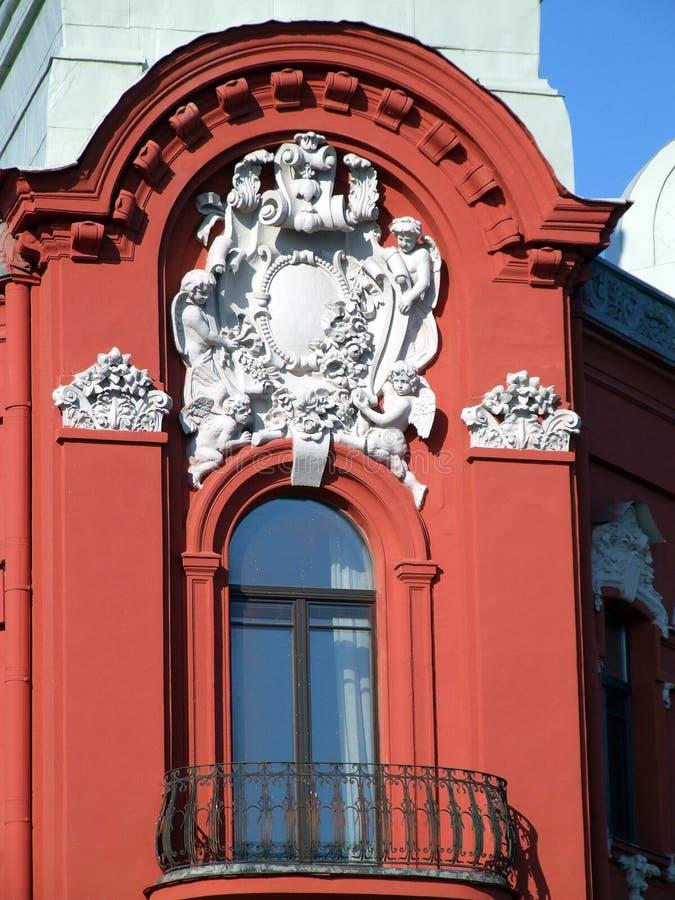Beau balcon rouge décoré photos libres de droits