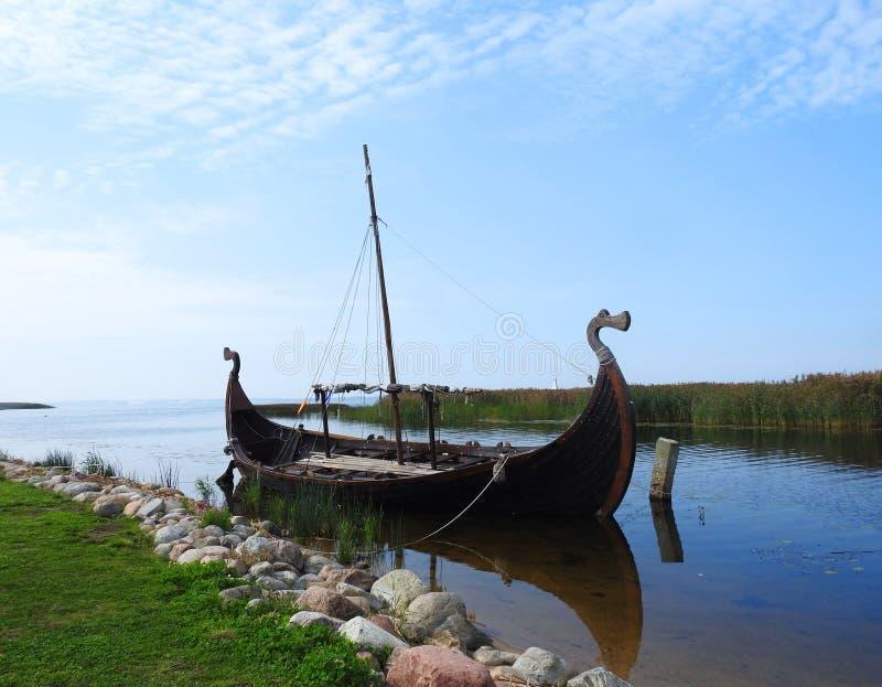 Beau bateau de navigation dans la marina de Dreverna, Lithuanie image libre de droits