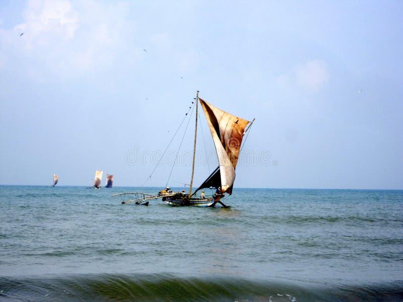 Beau bateau en bois avec les voiles en cuir sur le mât flottant en vent images libres de droits