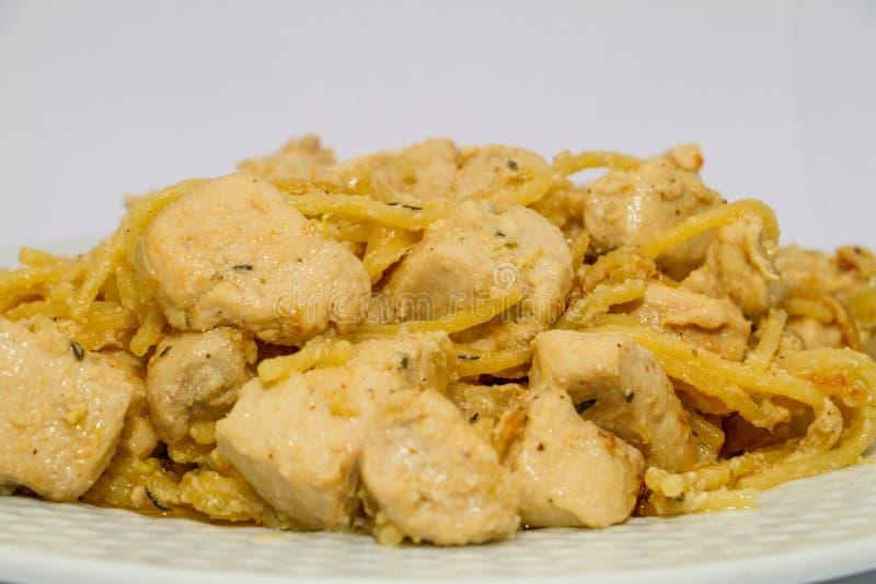 Beau blanc de poulet braisé dans un plat blanc images stock