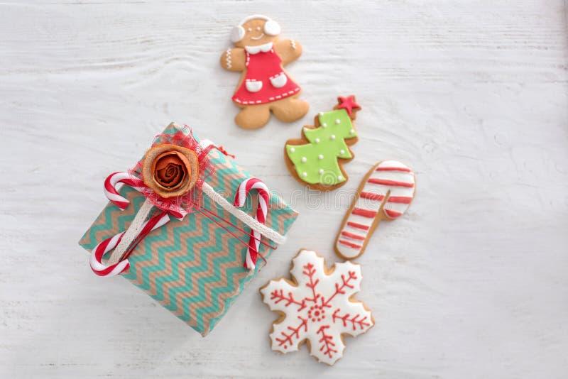 Beau boîte-cadeau de Noël avec des biscuits de pain d'épice sur la table en bois blanche images libres de droits
