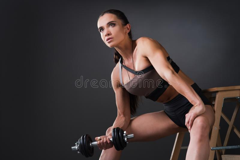 Beau bodybuilder fort d'athlète féminin avec le grand doi de muscles photos libres de droits