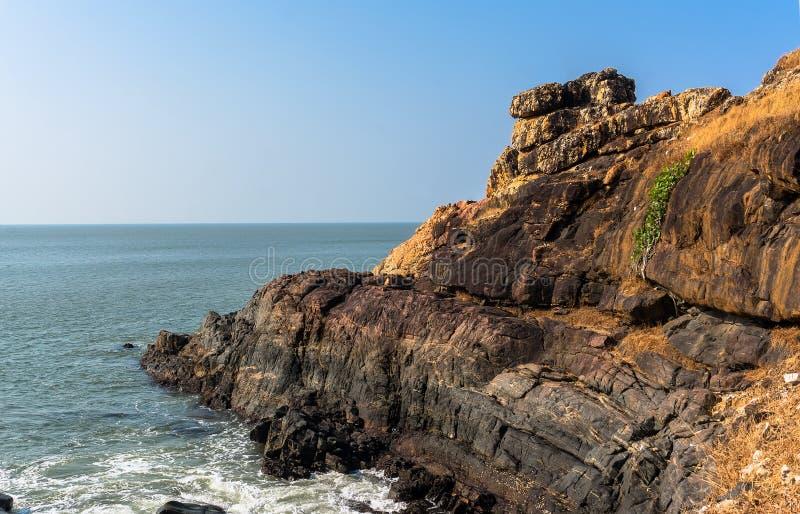 Beau bord de la mer avec la vague de mer au-dessus des roches Eau de mer propre de turquoise Mousse onduleuse blanche de ressac d photo libre de droits