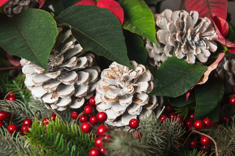 Beau bouquet de décorations d'hiver de Noël avec le cône de sapin peint image libre de droits