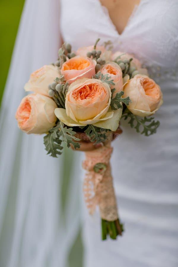 Beau bouquet de fleur de mariage Jeune mariée photos stock