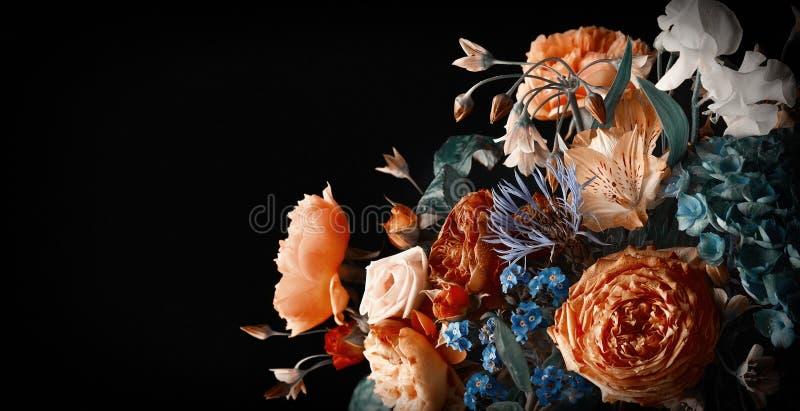 Beau bouquet de fleurs colorées sur fond noir photographie stock
