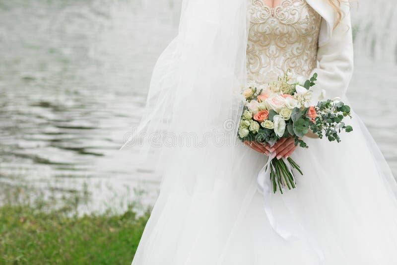 Beau bouquet de la mariée Été sur la rivière images libres de droits