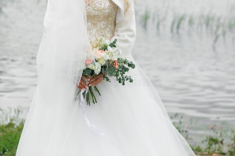 Beau bouquet de la mariée Été sur la rivière photos stock