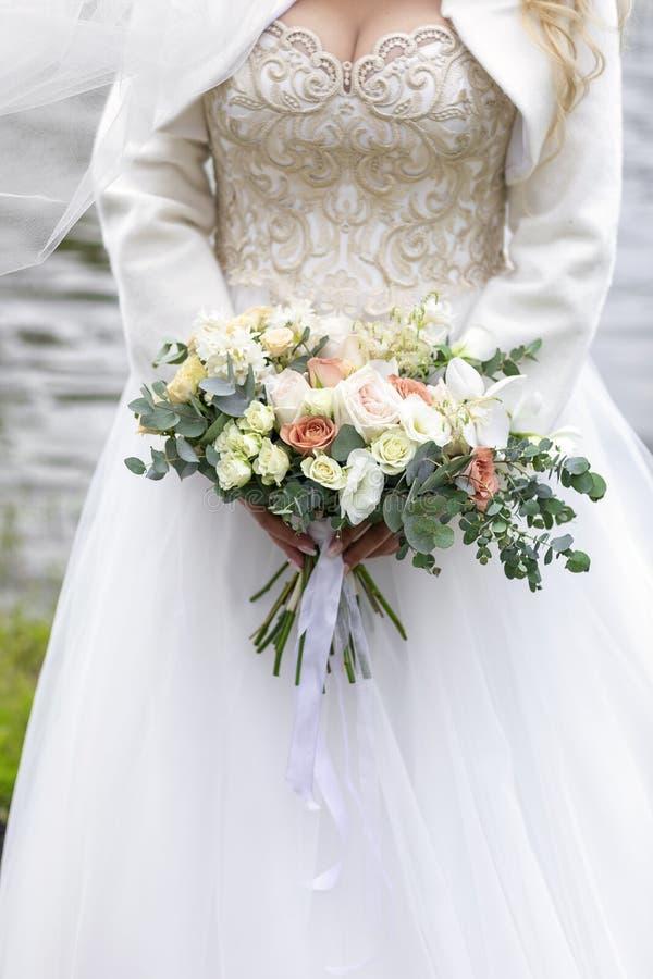 Beau bouquet de la mariée Été sur la rivière photographie stock