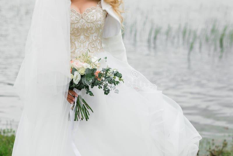 Beau bouquet de la mariée Été sur la rivière images stock