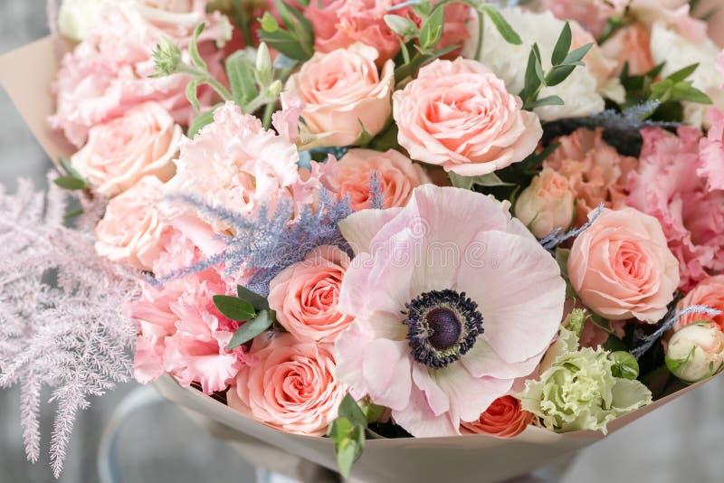 Beau bouquet de luxe des fleurs mélangées dans le vase le travail du fleuriste à un fleuriste Copiez l'espace images stock