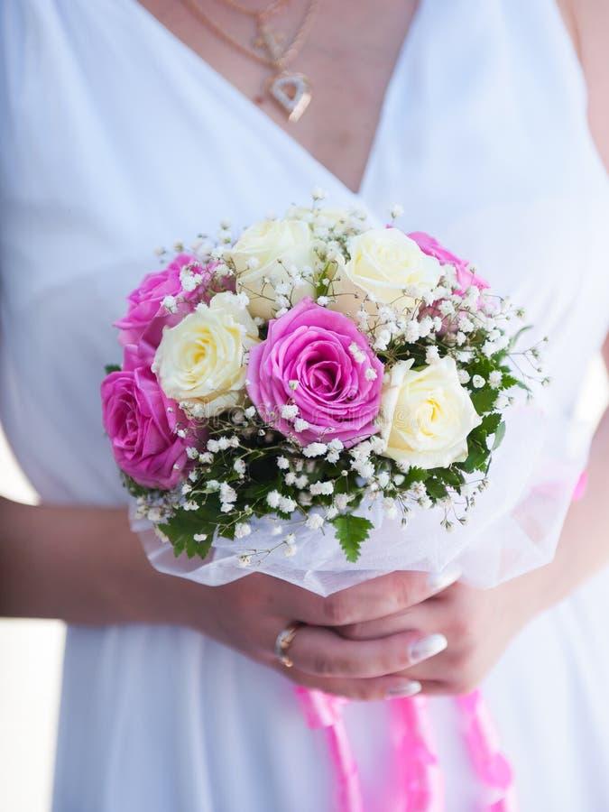 Download Beau bouquet de mariage image stock. Image du mains, amour - 45354001
