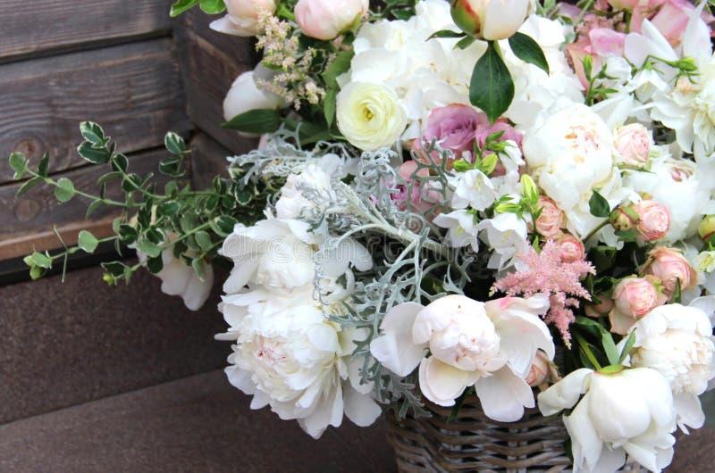 Beau bouquet de mariage avec beaucoup de fleurs tendres images libres de droits