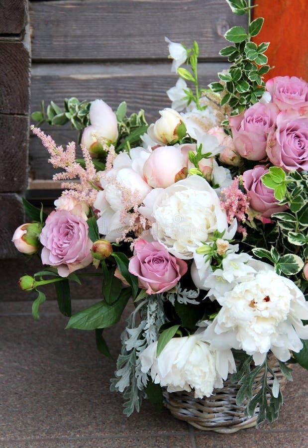 Beau bouquet de mariage avec beaucoup de fleurs tendres photos libres de droits