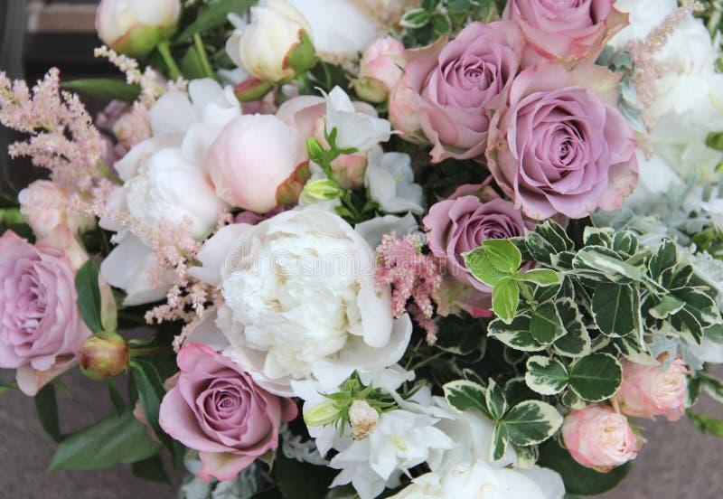 Beau bouquet de mariage avec beaucoup de fleurs tendres photographie stock