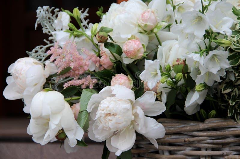 Beau bouquet de mariage avec beaucoup de fleurs tendres image stock