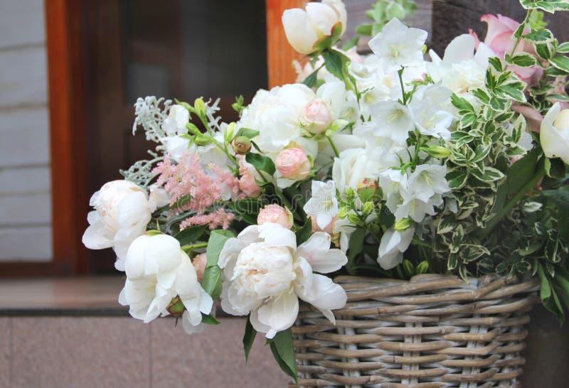 Beau bouquet de mariage avec beaucoup de fleurs tendres photo libre de droits