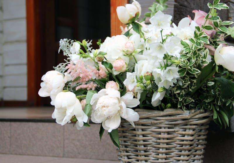 Beau bouquet de mariage avec beaucoup de fleurs tendres image libre de droits