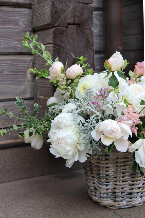 Beau bouquet de mariage avec beaucoup de fleurs tendres images stock