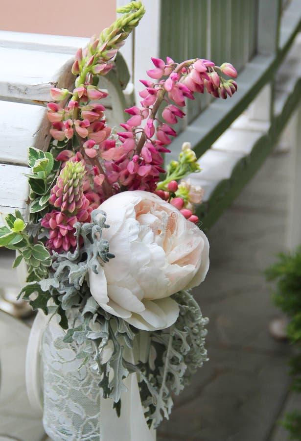 Beau bouquet de mariage avec la pivoine et les roses images stock