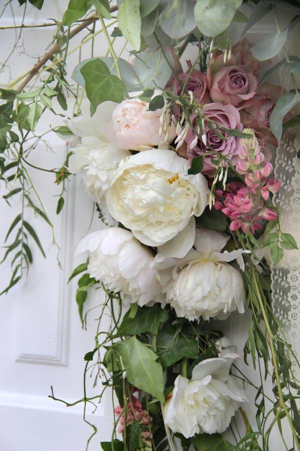 Beau bouquet de mariage avec la pivoine et les roses photos libres de droits