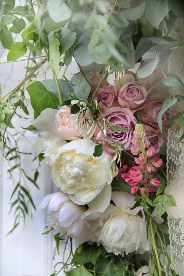 Beau bouquet de mariage avec la pivoine et les roses photo libre de droits