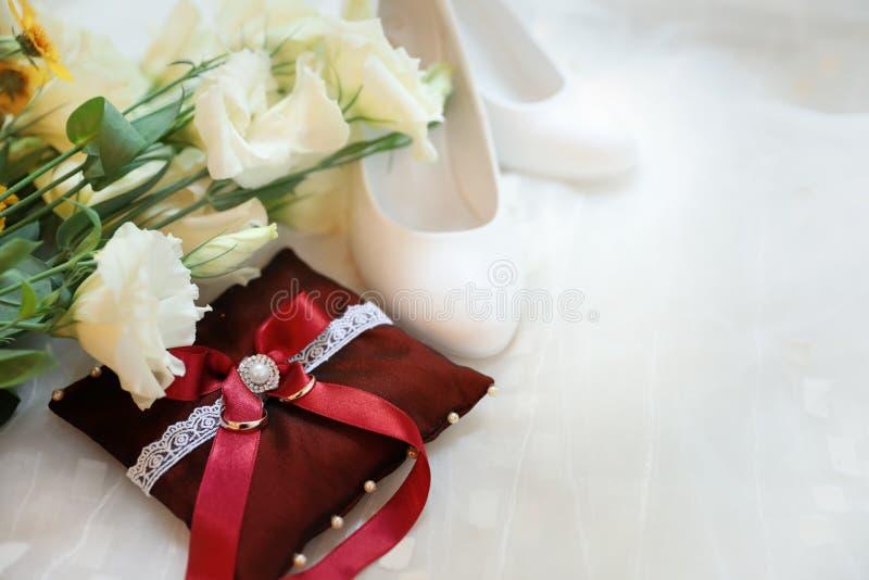 Beau bouquet de mariage, chaussures et oreiller décoratif photos libres de droits