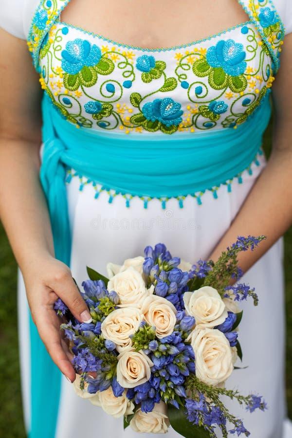 Beau bouquet de mariage dans des mains de la jeune mariée photographie stock
