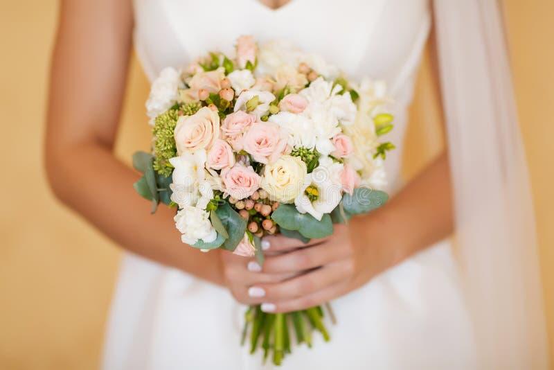 Beau bouquet de mariage dans des mains de la jeune mariée photo stock
