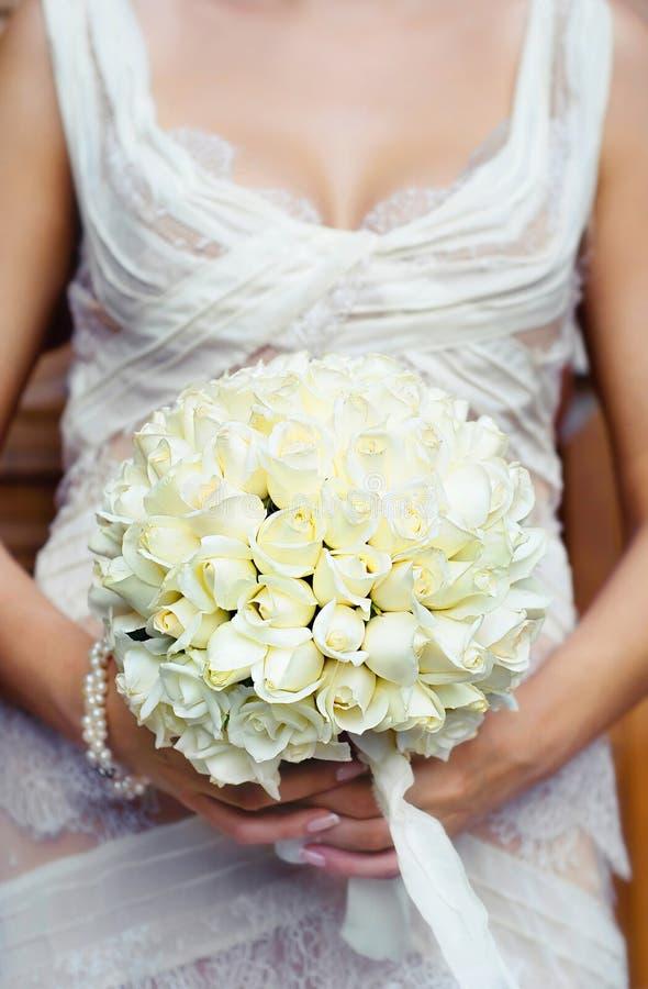 Beau bouquet de mariage dans des mains de la jeune mariée orientation photo stock