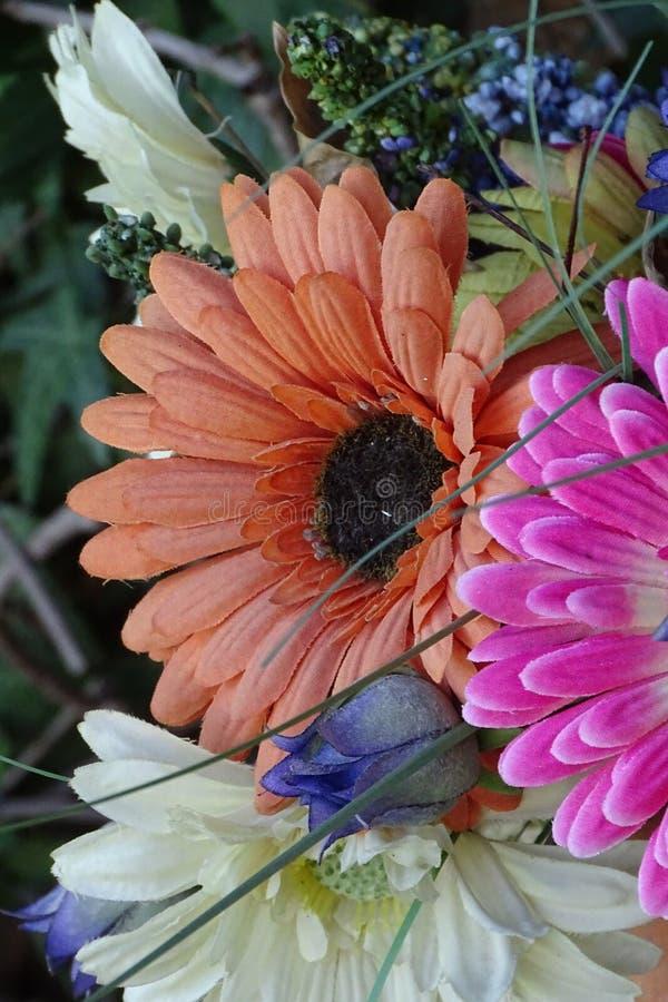 Beau bouquet de tissu des fleurs pour dénoyauter le jardin photographie stock libre de droits