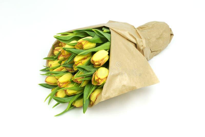 Beau bouquet de tulipes en papier d'emballage images stock