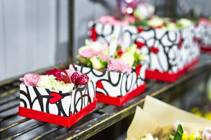 Beau bouquet des fleurs fraîches dans des boîtes Concept de service de fleuriste Concept au détail et brut de magasin de fleur co photographie stock libre de droits