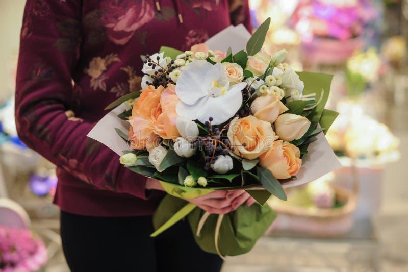 Beau bouquet des fleurs jaunes et blanches photo stock for Bouquet de fleurs jaunes