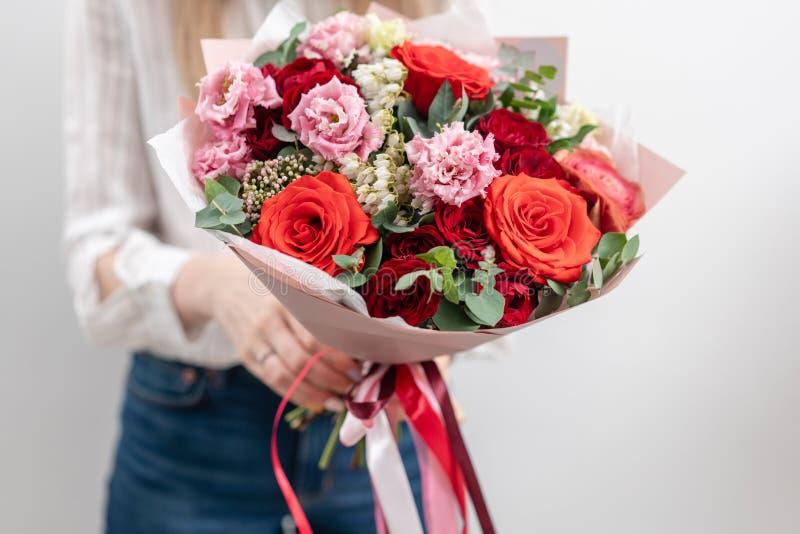 Beau bouquet des fleurs m?lang?es chez les mains de la femme le travail du fleuriste ? un fleuriste Couleur en pastel sensible images stock
