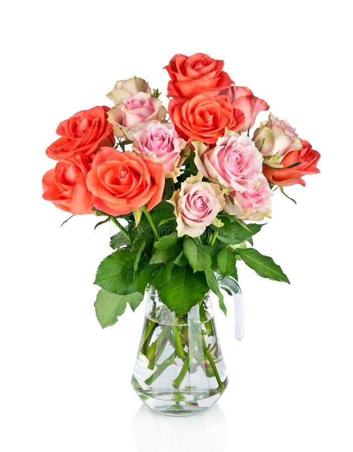 Beau bouquet des roses dans le vase en verre image stock