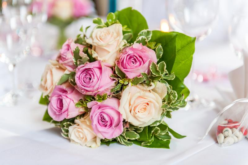 Beau bouquet des roses jaunes et roses sur la table décorée photo libre de droits