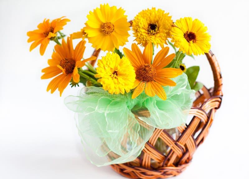 Beau Bouquet Des Soucis Jaunes Dans Un Panier En Osier